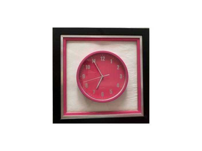 Horloge vissée sur plexi encadrée